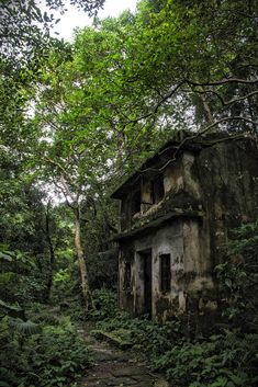 abandoned places Inside the abandoned villages of Hong Kong Old Buildings, Abandoned Buildings, Abandoned Places, Abandoned Castles, Photo Post Mortem, Forest House, Fantasy Landscape, Haunted Places, Abandoned Mansions