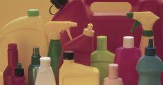 Qual o uso doméstico da amônia?. A amônia é proveniente da quebra de materiais orgânicos no ambiente. Os fabricantes utilizam a amônia em uma variedade de maneiras, incluindo produtos domésticos. Muitos dos produtos utilizados na limpeza de sua casa, nos cuidados de jardim ou tratamentos de beleza contém esta substância. Apesar de ser segura em doses baixas e uso adequado, a ...