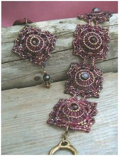 burgundy beaded bracelet, square motifs, weaving from the center of the circle