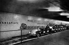 Sommer 1957-U-Bahnhof Hansaplatz,VW-Express waehrend der INTERBAU