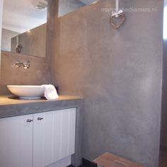 badkamer beton cire en wit houten kastje Bathroom Inspiration, Interior Inspiration, Bathroom Ideas, Tadelakt, Love Home, Bubble Bath, Sweet Home, Toilet, House Styles