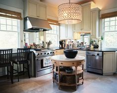 I love this kitchen! Look how small/functional/beautiful it is!