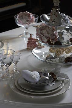 Jedálenský stôl s pohármi a kvetinovými dekoráciami