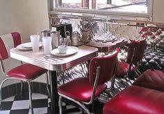1950s diner set up American Diner Kitchen, 50s Diner Kitchen, Aqua Kitchen, Kitchen Colors, Vintage Diner, Retro Diner, Vintage Kitchen, 1950s Decor, Retro Home Decor