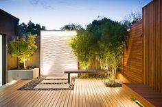 aménagement jardin moderne avec revêtement en bois et bambou