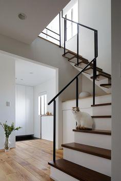 6段目より上は、木製階段からスチールのストリップ階段に切り替え、トップライトから注ぐ自然光が1階へ届くように工夫。支柱にはフラットバーを使ってクールにしつつ、手すりは手のひらにフィットしやすい丸棒を使用しています。支柱をあえて段板の外側に取り付け、階段からジョイント部を見せずに美しく仕上げたこともポイントです。 専門家:株式会社クラフトが手掛けた、階段(図書室階段でアカデミックに)の詳細ページ。新築戸建、リフォーム、リノベーションの事例多数、SUVACO(スバコ)