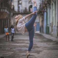 Observa esta postura de ballet de la bailarina Laura Tosar. - Copyright (c) 2016 Telemundo.