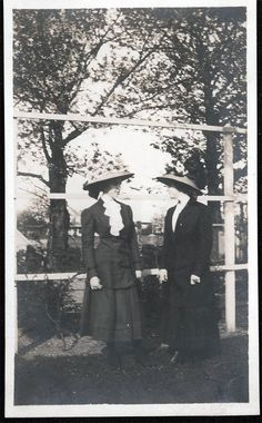 vintage photo 1910 Beauty Ladies face to face big Hats RPPC