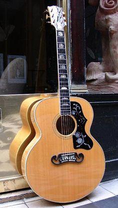 GIBSON J 200 guitare