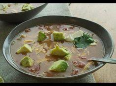 Das Besondere an dieser traditionellen Tortilla-Suppe ist, dass sie mit einer geheimen Zutat angedickt und gehaltvoller gemacht wird: Refried Beans!