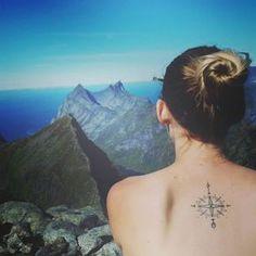 Viajantes do mundo todo estão sempre colecionando carimbos no passaporte, histórias emocionantes e também, lindas tatuagens de viagem. Cada uma delas conta