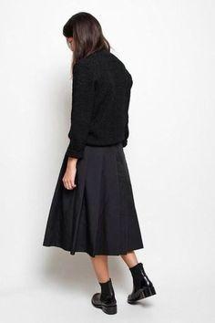 そのシックな色合いは大人だから着こなせる色だけど、スカート特有の女の子気分も忘れない。