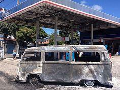 Incêndio destrói Kombi em posto de combustível no Recife Veículo tinha acabado de abastecer o tanque quando o fogo começou. Duas pessoas estavam na Kombi e saíram sem se ferir. Uma Kombi pegou fogo depois de abastecer o tanque, em um posto de combustível localizado na Estrada de Belém, bairro de Campo Grande, no Recife. O incidente aconteceu no começo da tarde desta quarta-feira (03). Duas pess 03/04/2013 13h45 - Atualizado em 03/04/2013 14h20 (Leia [+] clicando na imagem)