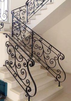 מעקה ברזל למדרגות - Google Search Wrought Iron Staircase, Wrought Iron Stair Railing, Stair Railing Design, Wrought Iron Decor, Interior Staircase, Metal Stairs, Metal Railings, Modern Stairs, Steel Handrail