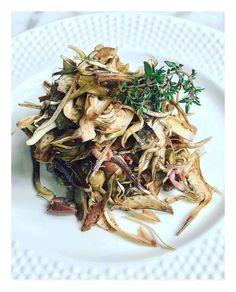 Noi iniziamo così: Carpaccio di carciofi, olive nere e timo.  🇬🇧 Marinated artichokes, black olives and thyme. 😋 #ecruroma