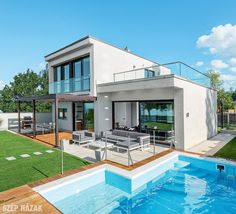 A letisztult formájú kétszintes, lapostetős ház egy fiatal pár Balaton-parti nyaralója. A külső fehérséget belül meleg tónusok váltják fel.