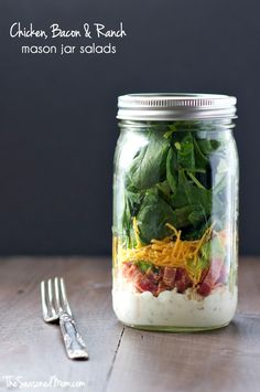 Make these Chicken and Bacon Ranch Mason Jar Salads and you will have delicious and satisfying grab-and-go lunches ready and waiting for your busy week! Mason Jar Lunch, Mason Jar Meals, Meals In A Jar, Mason Jars, Salad In A Jar, Soup And Salad, Chicken Vesuvio, Magic Recipe, Chicken Bacon Ranch