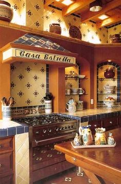 If you like the look of warm, welcoming old-world homes, Spanish kitchen style might be the right style for you. We've already explored some of the best Spanish kitchen designs. Get ready to be stunned! Mexican Style Homes, Mexican Style Kitchens, Mexican Kitchen Decor, Mexican Home Decor, Spanish Style Homes, Spanish Revival, Spanish Colonial, Hacienda Kitchen, Hacienda Homes