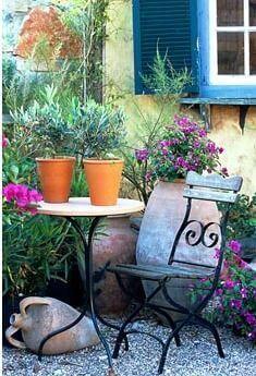 Small seating area in a Mediterranean garden - Floor Plants - Ideas of Floor Plants - Small seating area in a Mediterranean garden Greek Garden, Spanish Garden, Italian Garden, Small Courtyard Gardens, Small Gardens, Outdoor Gardens, Courtyard Ideas, Terrace Garden, Mediterranean Garden Design