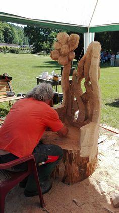 """Rezbárske sympózium sa bude konať v dňoch 4. až 9. júna. Témou tohtoročného 6. ročníka je """"Vyber si svoju lavičku!"""". Každý z rezbárov vyrobí lavičku, ktorú môžete mať na svojej záhrade aj vy! Sledujte majstrovskú prácu po celý týždeň v parku pred hotelom Jestřabí v Kúpeľoch Luhačovice. Vo štvrtok a v piatok atmosféru spríjemnia hudobné vystúpenia. Dokončené diela si môžete prezrieť na slávnostnej vernisáži v sobotu 9. júna od 14.30 hod. Firewood, Texture, Crafts, Surface Finish, Woodburning, Manualidades, Handmade Crafts, Craft, Arts And Crafts"""