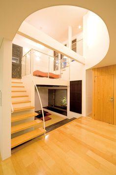 1階と2階を繋ぐ大空間のスキップフロアは、『SE構法』だから実現できる空間。木造とは思えない自由な空間づくりを可能にしています。 #注文住宅 #家づくり #モデルハウス #新築 #一戸建て #マイホーム #デザオ建設 #スキップフロア #SE構法 Home Stairs Design, Home Room Design, House Design, Den Decor, Wood Home Decor, Japanese Interior Design, Interior Design Tips, Cabin Loft, Bedroom Color Schemes