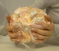 Voici aujourd'hui la suite de mes aventures de préparation de mariage : le bouquet de la mariée. DIY bien sûr ! Je n'ai jamais été une fana de fleurs coupées, et j'ai tendance à préférer les objets non périssables. Les fleurs sont bien plus jolies en...