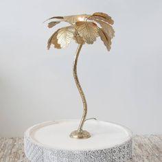 Lampe de bureau tripod avec fini Or brossé. Parfaite pour apporter une touche industrielle à une chambre ou un bureau.