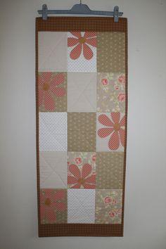 Løper i duse beige/brune og fersken farger.    Måler 43 x 107 cm. Quilts, Blanket, Home, Brown, Painters, Quilt Sets, Ad Home, Blankets, Homes