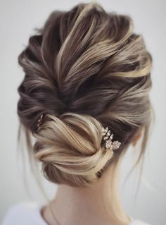 Gorgeous & Super-Chic Hairstyle That's Breathtaking Gorgeous & Super-Chic Hairstyle That's Breathtaking Unique wedding updo hairstyle, messy updo bridal hairstyle,updo hairstyles ,wedding hairstyles. Unique Wedding Hairstyles, Chic Hairstyles, Box Braids Hairstyles, Bridal Hairstyles, Hairstyle Wedding, School Hairstyles, Beautiful Hairstyles, Popular Hairstyles, Everyday Hairstyles