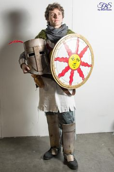 Solaire in all his pride XD Now, the cosplay is complete, with everything he needs for his quest of searching his own sun: sunlight sword, sunlight shield and, also, an Estus Flask Char...