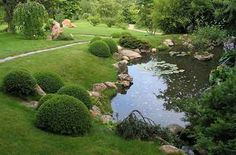 Также при наличии можно использовать под водоем старый тазик или ванну, задекорировать кирпичной или каменной кладкой, а также деревом.