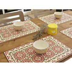 Set de table en osier avec pompons noirs in the kitchen for Set de table en osier