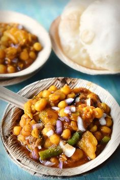 ghugni recipe with step by step pictures. ghugni is a bengali snack and street food recipe made with yellow peas or motor dal, and served with luchi. Indian Snacks, Indian Food Recipes, Asian Recipes, White Sauce Recipes, Bengali Food, Food Carving, Indian Street Food, Chutney Recipes, Chaat