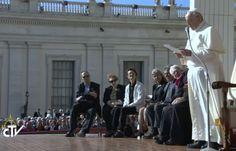 """Anche il Papa Emerito, Benedetto XVI, presente all'incontro """"La benedizione della lunga vita"""". """"Il nonno saggio a casa"""", ha detto Francesco. """"Quante volte si scartano gli anziani con atteggiamento ..."""