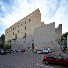 Giorgio Grassi en el Teatro Romano de Sagunto, Valencia, 1985-86 (1990-93) Valencia, Ricardo Bofill, Roman Theatre, Building Renovation, Modern Architects, Tadao Ando, Carlo Scarpa, Photo Wall, Italy