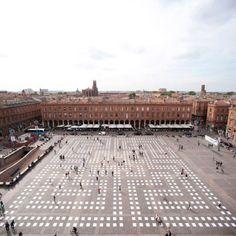 L'artiste L'atlas a déployé son oeuvre Monade sur le sol sur la place du Capitole de Toulouse dans le cadre du Printemps de Septembre