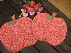 """NINA - Jindřiška - jablíčkové prostírky včetně """"klatovských karafiátů"""", jak nám Jindřiška prozradila. Moc povedená jablíčka a krásné látky. Taková tuze moc příjemná červená, že ano?"""