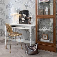 Lolita de @moooi est là pour jouer avec vos émotions. Elle est là pour briser votre routine quotidienne. L'abat-jour se caractérise par un bord délicat à pois. À l'intérieur se trouve une lueur blanche chaude. Visitez notre site web pour plus de détails. Eames, Neri And Hu, School Chairs, Vogue Living, Secretary Desks, White Table Lamp, Table Lamps, Furniture Design, Lights