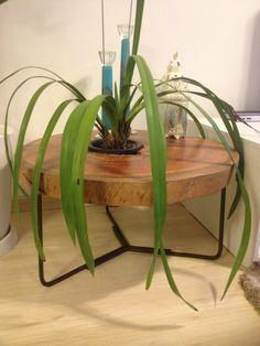 Mesa em eucalipto Vermelho medindo raio de aprox: 80 cms , peso de 30 kgs e pes metalicos com acabamento envelhecido.