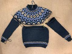 Sweater Knitting Patterns, Knitting Charts, Knit Patterns, Punto Fair Isle, Fair Isle Pullover, Icelandic Sweaters, Pullover Designs, Sweater Design, Knit Fashion