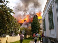 Στάχτη ξύλινα σπίτια στην παλιά πόλη - Υπό έλεγχο η πυρκαγιά στην παλιά πόλη της Λευκάδας