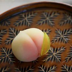 복숭아 #우이로 #우이로우 #상생과자 #와기시 #wagashi Japanese Wagashi, Japanese Sushi, Japanese Candy, Japanese Deserts, Japanese Treats, Wagashi Recipe, Planet Cake, Japon Tokyo, Kawaii Dessert