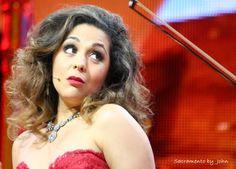 Carmen Monarcha singing to André Rieu
