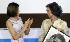 La Reina Letizia entrega el premio UNICEF a Doña Sofía: 'La palabra suegra nunca ha sonado mejor'   loc   EL MUNDO