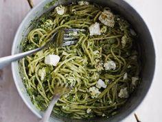 Kun arki piiskaa, pasta pelastaa nälkäisen ja kiireisen. Feta-pinaattikastikkeen ehdit kokata pastan kiehuessa.