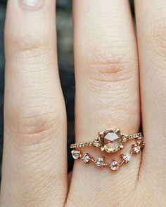Irresistible no decir que sí con anillos como éste que nos roban el aliento. #fridaenamorada Anillo: @catbirdnyc