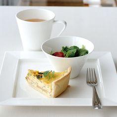 【EXQUISITE(エクスクイジット)】キッシュなど、簡単な朝食やデザートもこの器にのせるだけで、レストランやホテルで頂くよう素敵なおもてなしができます。 EXQUISITE 11cmボール、25cmフラットスクエアプレート、マグ(L) #bonechina #tablewear #white #NIKKO Kitchen Accessories, Food Dishes, Table Settings, Food And Drink, Porcelain, Plates, Tableware, Style, Gourmet
