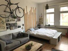 Coole Einrichtungsidee Fürs WG Zimmer Mit Sofa, Couchtisch, Bett Und  Fahrrad An Der