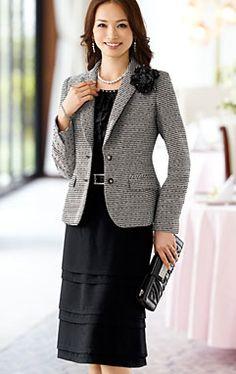 卒業式の服装のドレスコードは、「準礼装」から「略礼装」です。スーツの色は、黒やモノトーンを中心とした、ダーク系の色が普通。