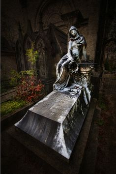 Pere-Lachaise by Ariasgonzalo . Cemetery Monuments, Cemetery Statues, Cemetery Art, Pere Lachaise Cemetery, Artsy Photos, Danse Macabre, Effigy, Dark Places, Death